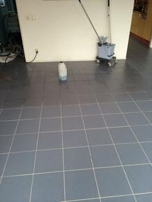 vloertegels schoonmaken na voegen huisvestingsprobleem